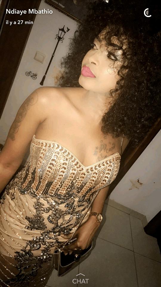 Revoilà Mbathio Ndiaye avec ses tatouages sur la poitrine