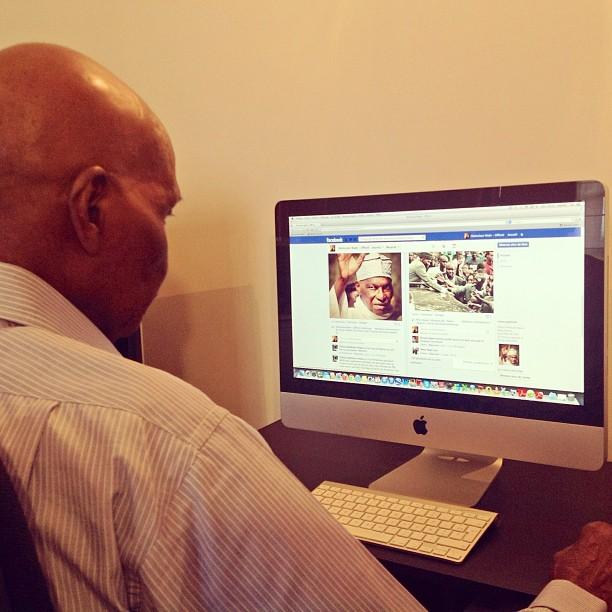 Le président consultant sa page facebook