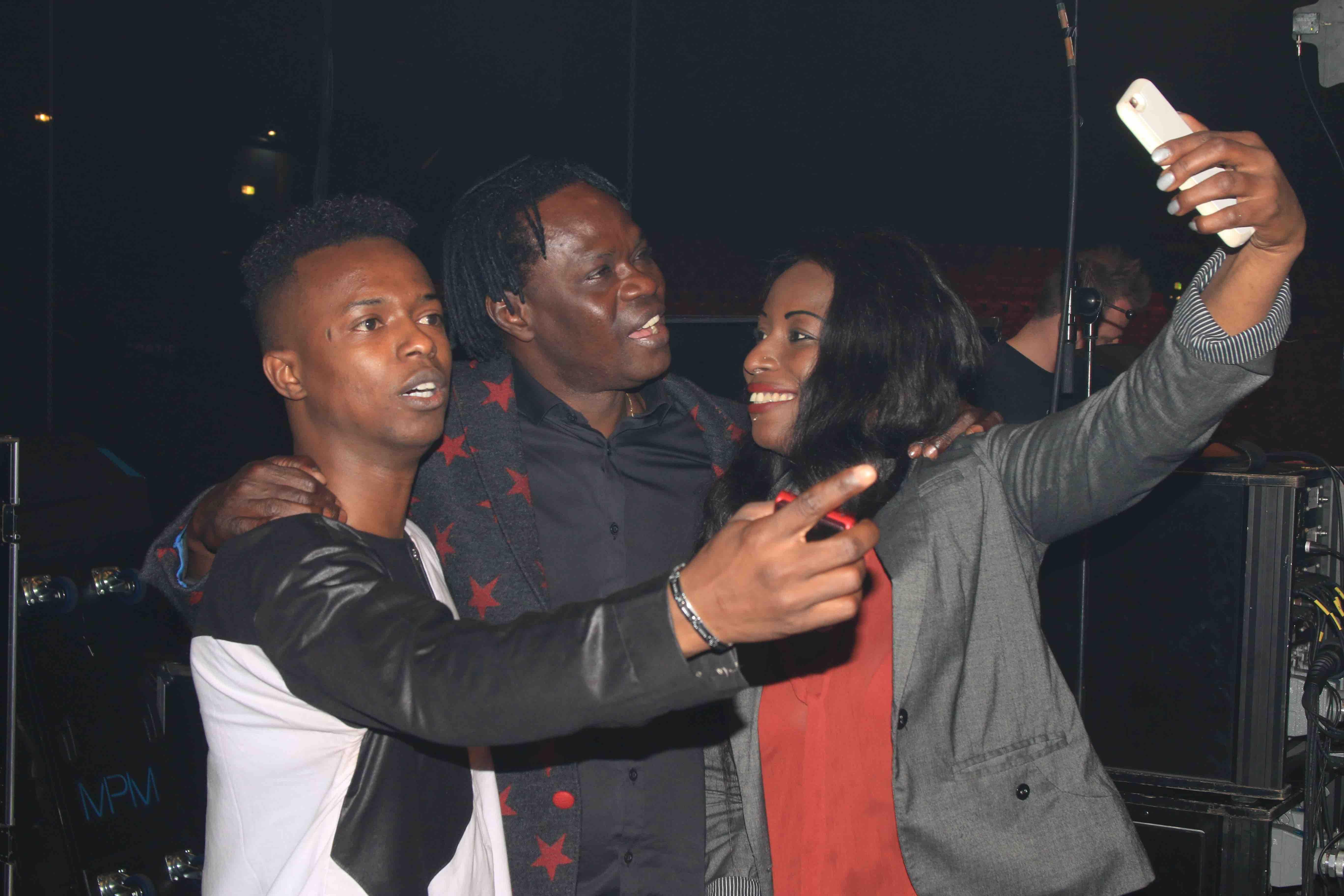 Baba Maal prend un selfie avec ses fans