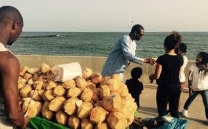 Youssou Ndour amateur d'eau de coco en compagnie de ses enfants