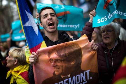 Catalogne : Carles Puigdemont arrêté par la police allemande, des milliers de personnes manifestent
