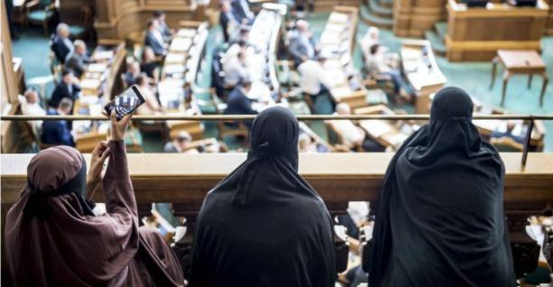 Après la France et la Belgique, le Danemark interdit le voile intégral dans l'espace public
