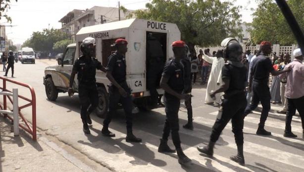 Manifestation de «Def Lep Ci Diamm» à la Place de la Nation : deux pelés et trois tondus