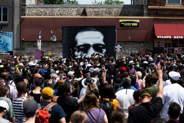 Première victoire des manifestants aux États-Unis : la mort de Floyd requalifiée en «meurtre», les 4 policiers inculpés