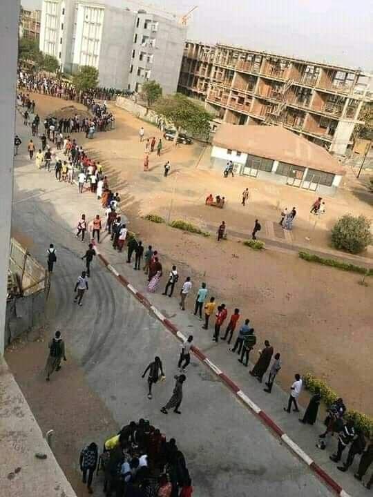 file d'étudiants devant le restaurant pour la rupture du jeûne.