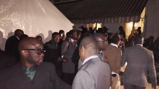 L'ambiance dans le couloir d'entrée de la résidence de l'ambassade du Sénégal à Paris, vendredi soir