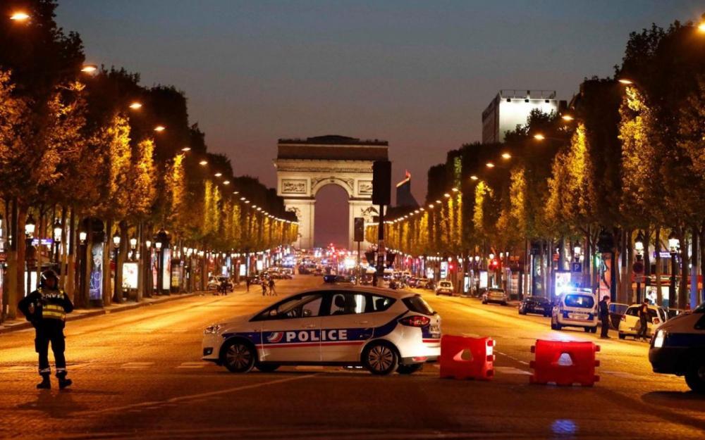 Fusillade sur les champs-Elysées : un policier tué et deux blessés graves