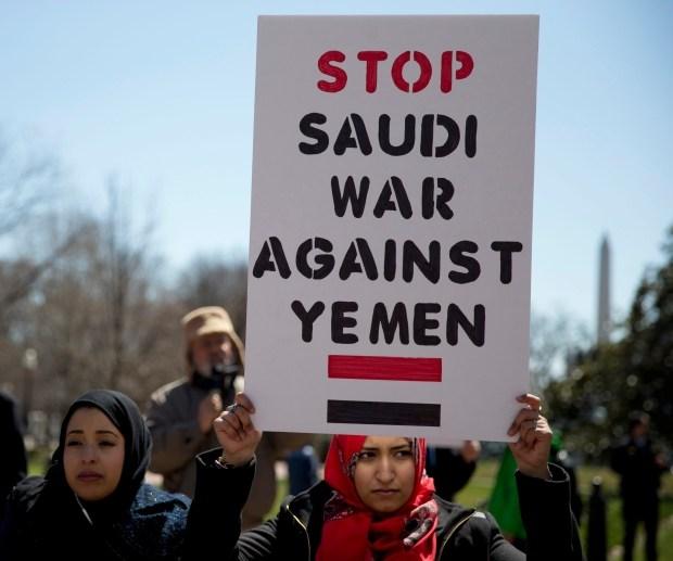 La coalition saoudienne lance l'assaut sur un port stratégique au Yémen.