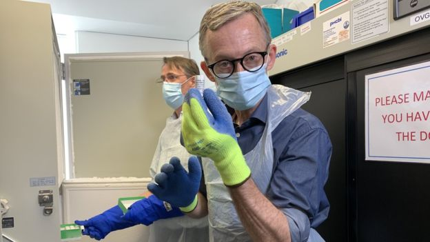 Fergus tient un vaccin développé par l'équipe d'Oxford