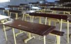 Aliou Sall peint les tables-bancs des écoles de Guédiawaye en beige-marron