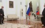 Vladimir Poutine jongle avec un ballon de foot avec le président de la Fifa Gianni Infantino