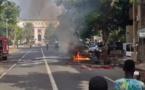 Une voiture prend feu devant le Palais présidentiel