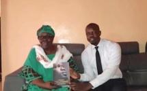 Vidéo : Des gendarmes ordonnent à la mère d'Ousmane Sonko de leur remettre des fiches de parrainage de Pastef